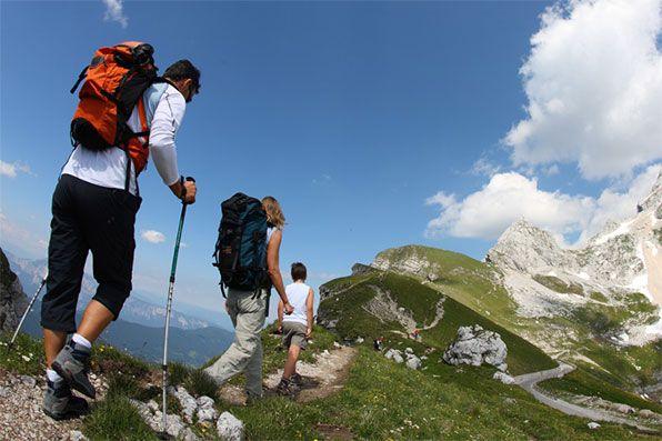 Estate: periodo di escursioni in montagna. Ecco un bell'articolo che sintetizza le mosse da fare per non farsi trovare impreparati e trasformare una splendida gita in montagna in una disavventura. http://www.ilmountainrider.com/camminare/come-preparare-un-escursione-in-montagna/