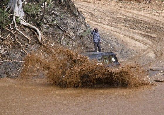 O Rio Kizo, que não tem ponte, com uma forte enxurrada de águas barrentas e ondas furiosas. Os etíopes conhecem bem o que é uma cabeça d'água. Uma chuva em uma montanha a dezenas de km de distância provocara um imenso acúmulo de água que precisa encontrar uma saída. No caso, o Rio Kizo. No Vale do Rio Omo, Etiópia.  Fotografia: © Haroldo Castro / Época.  http://epoca.globo.com/colunas-e-blogs/viajologia/noticia/2015/06/isolados-no-sul-da-etiopia-os-karo-ainda-pintam-e-enfeitam-o-corpo.html
