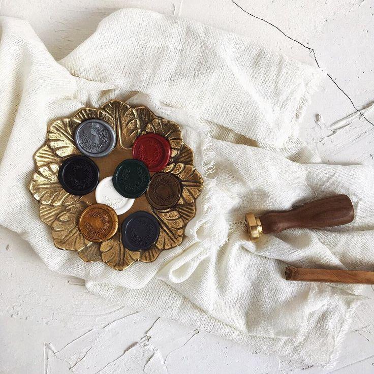 © PAPIRA invitatii de nunta personalizate // our current available wax seal colors: gold, bronze, silver, dark gray, black, white, imperial green and bordeaux. // #papiradesign #papirainvitations #invitatiidenunta #invitatiinunta #weddinginvitations