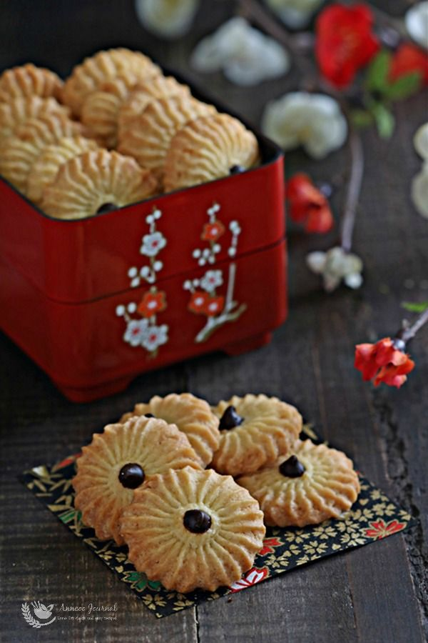 These orange cookies are orange scented and crisp, a perfect but easy recipe that is done in a short space of time, and they're great to pack as a gift too.