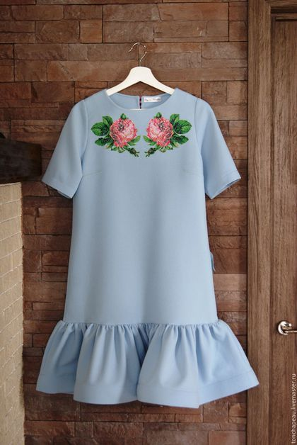 Купить или заказать Платье с вышивкой  'Розы' голубое в интернет-магазине на Ярмарке Мастеров. Платье из фактурного трикотажа с воланом. Волан укреплен кринолином, который позволяет волану приобретать красивую форму. Спинка и полочка платья уплотнены тонкой мягкой клеевой, это сделано для того, чтобы платье не просвечивало. На рост 170 длина платья чуть выше колена. Полочка платья декорирована профессиональной вышивкой, при стирке не линяет, не деформируется.