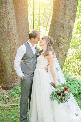 Los pares abrazan entre sí ramo velo vestido de novia blanco traje gris boda céltico verde y rojo