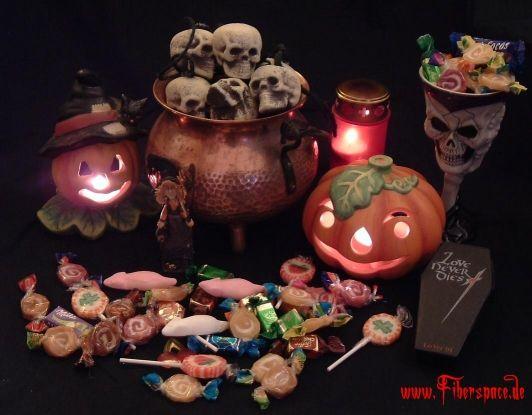 Ob man nun Halloween oder Samhain feiert, mit Kindern oder Erwachsenen - diese Rezepte sind jedenfalls von mir in über 10 Jahren Halloweenpartys erprobt worden. Den Ogerkopf (samt dekorativ hineingerammtem Messer) gibt es jedenfalls traditionell jedes Jahr bei uns. Ich bin immer wieder fasziniert, wie schnell sich so ein monströses Stück Hackbraten in Luft quasi in Luft auflösen kann. Letztes ...