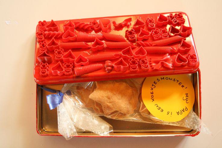 koekjesdoos vaderdag zandkoekjes bakken doos versieren met pasta en overspuiten