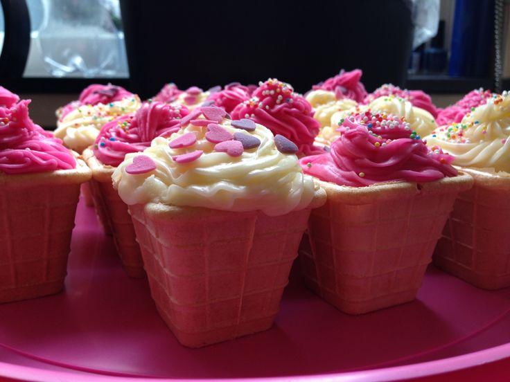 Softijsjes, cupcakes gemaakt in ijsbekers met roze en witte topping