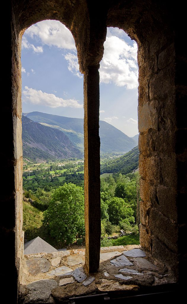 Vista de la Vall de Boí des de dalt del inmens campanar de l'esglèsia d'Erill la Vall. Catalonia