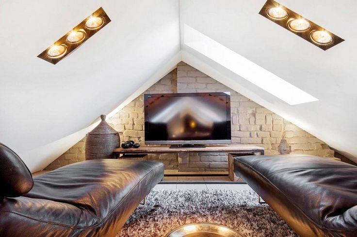 kleines Heimkino im Dachgeschoss mit Leder Relaxliegen