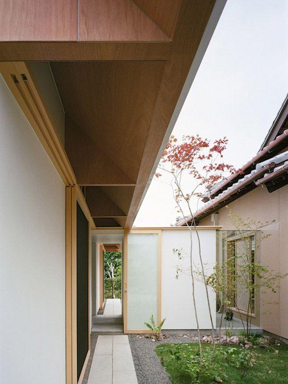 """Les architectes Atsushi Kawamoto et Mayumi Kawamoto du studio mA-style architects viennent de livrer """"Koya No Sumika"""". Cette extension pour une maison traditionnelle de plain-pied se situe dans la ville côtière de Yaizu au Japon. Ce nouvel espac..."""