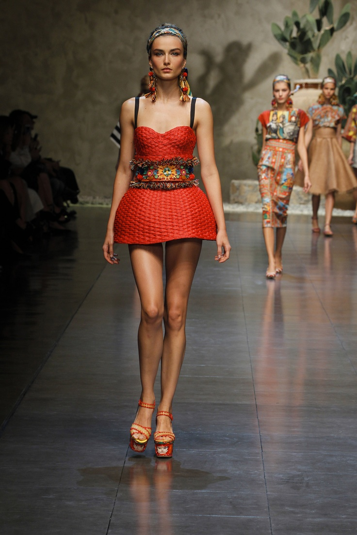 I just have this fantastic urge to weave basket-like dresses. Is this not fantastic???