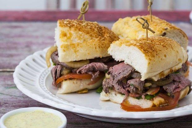 Aprenda: sanduíche de rosbife e mostarda  Receita com cebolas caramelizadas é deliciosa