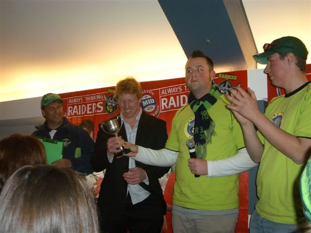 Alan Tongue receives the 2006 Fans' Choice Player of the Year award.