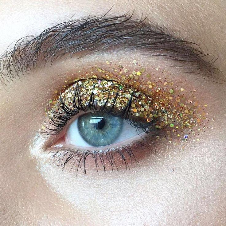 Na dúvida... Muito glitter na pálpebra toda e tá pronta para o Carnaval! Dourado, prata ou qualquer cor que você quiser