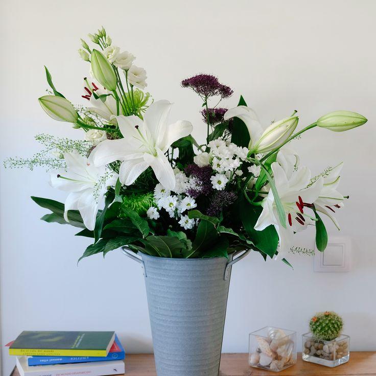 Edith es un ramo lujoso y elegante en tonos blancos y verdes. Para la composición del ramo hemos utilizado lilium oriental, crisantemos, trachelium, lisianthus y verdes.