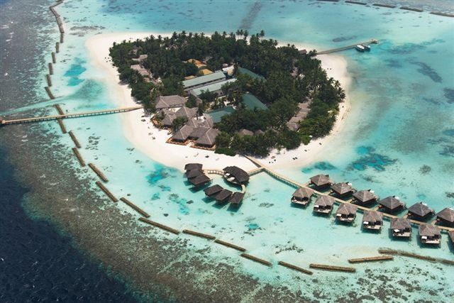 Un'isola perfetta nell'atollo di Ari, tondeggiante, ricca di vegetazione, con una laguna mozzafiato orlata da una ininterrotta spiaggia di sabbia bianca. Quasi nascosta all'interno del Dhigurah channel, uno dei passaggi di mare più famosi del paese,   Magnifica Foto
