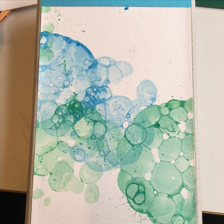 Seife-Blöterli-Bild Ganz einfach: Farbe (gouache), Wasser und Seife mischen  Trinkhalm nehmen und reinblasen Danach das Papier auf die Blasen drücken  Und voila ☺️