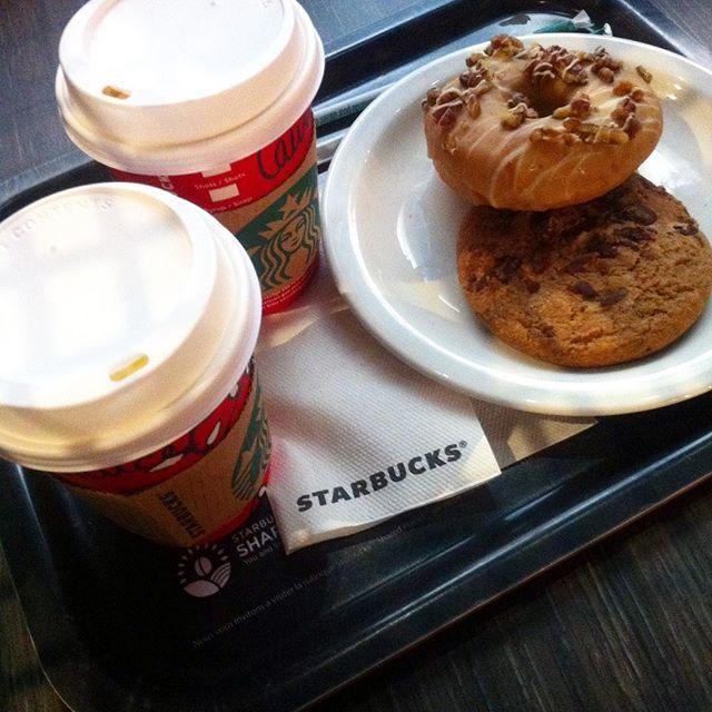 Petit gouter 😍 gingerbread latte pour moi et latte noisette caramel pour ma soeur 😁💕 #yum #yummy #starbucks #starbuckstoulouse #toulouse #ginger #gingerbread #gingerbreadlatte #donuts #loveit #milk #chocolate #caramel #hazelnut #nut #toffee #food #foodoftheday #foodie #fotd #cookie #xmas #christmas #winter #december #lifestyle