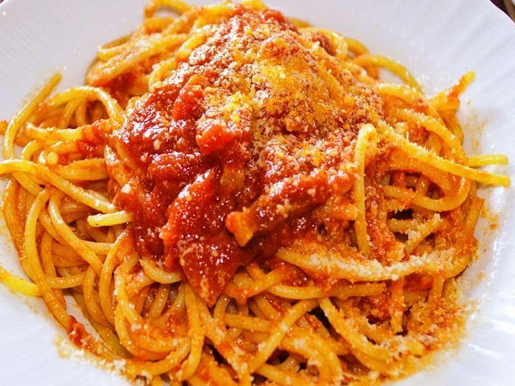 La preparazione degli Spaghetti alla Amatriciana senza varianti tipo aglio…