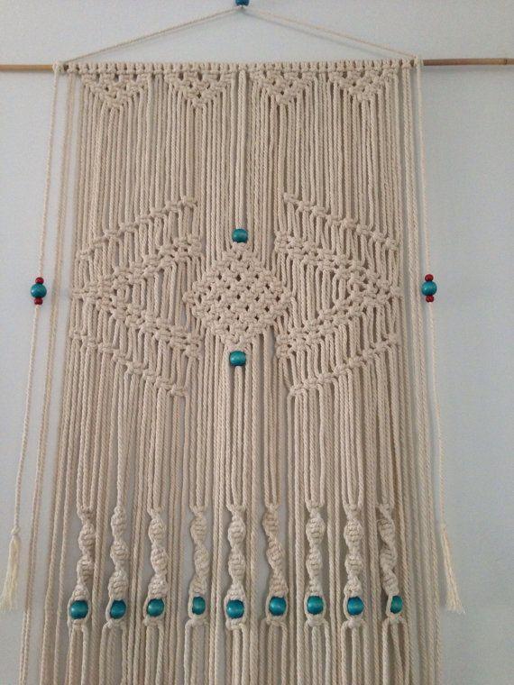 Cette tenture est une prise moderne sur lart populaire 70  s dun macramé quil est fait dune tige de bambou, corde de coton naturel diamètre 6 mm et