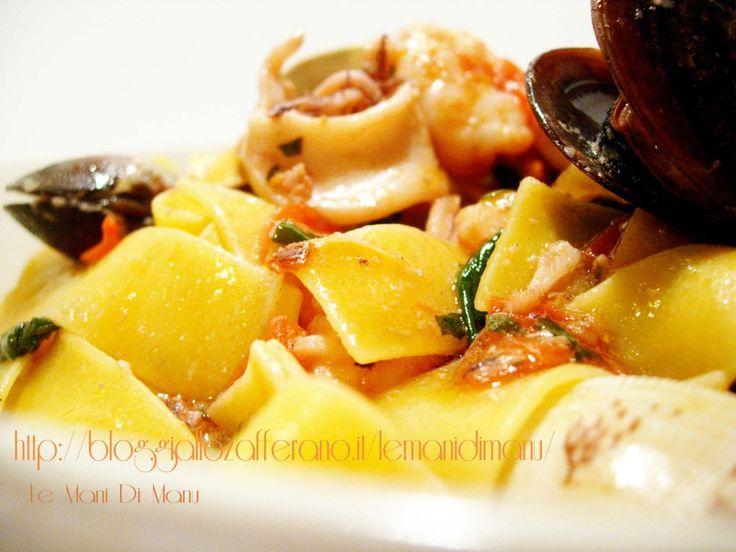 Tagliatelle ai frutti di mare | Ricetta pasta al pesce|Le Mani Di Manu