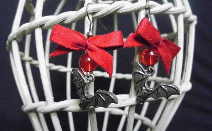 Orecchini con pipistrelli e fiocchi rossi, orecchini artigianali. Orecchini rossi di Dracula. Fatti a mano, pronto per la spedizione di SaraDollFashion su Etsy