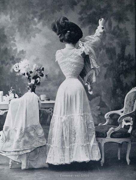 des robes superbes et romantiques mais des corsets étouffants...pour avoir une taille de guêpe