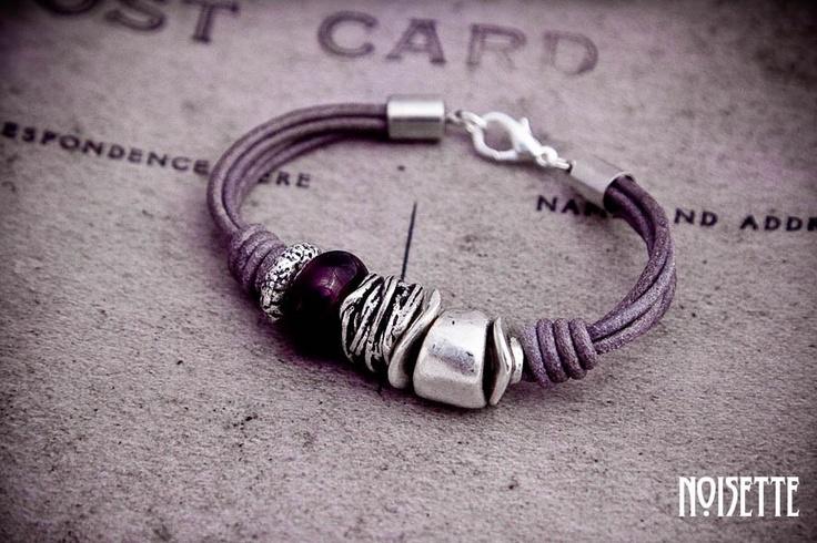 pulsera cuero lila con piezas de cristal y metal