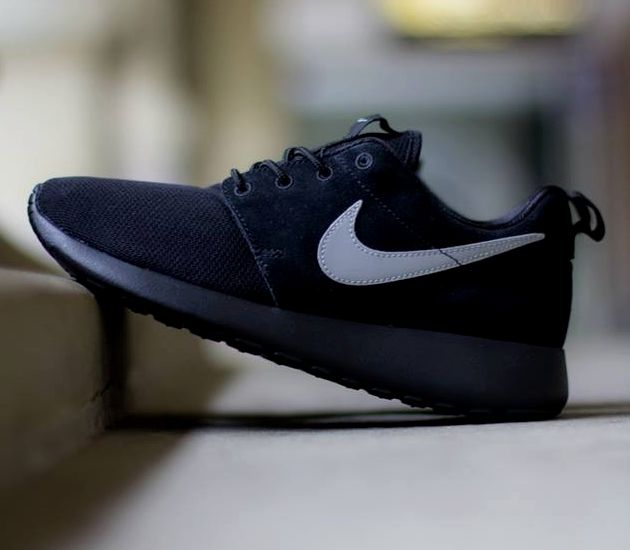 nike roshe run all white black tick bite