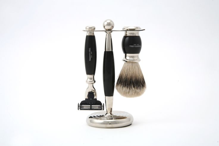Seturile de barbierit Truefitt&Hill din colectia Edwardian sunt un element deosebit din recuzita oricarui domn respectabil. Sunt realizate in Marea Britanie, din materiale foarte rezistente, cu finisaje deosebite si elemente din crom, ceea ce le confera o imagine de lux.