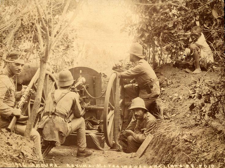 Soldados portugueses aparentemente em acção junto do Rio Rovuma, no que é hoje a fronteira ao Norte de Moçambique.