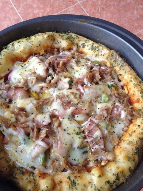 Chicken pizza with mozarella cheese