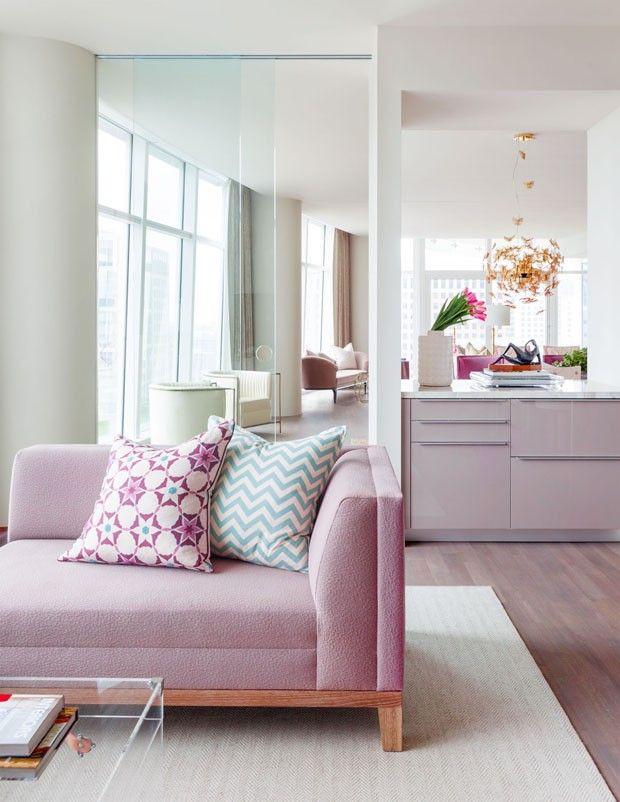 Apartamento feminino em Dallas com sofá na cor Rosa Quartzo