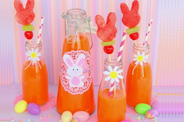suco de cenoura com laranja e enfeite de coelho feito com frutas.