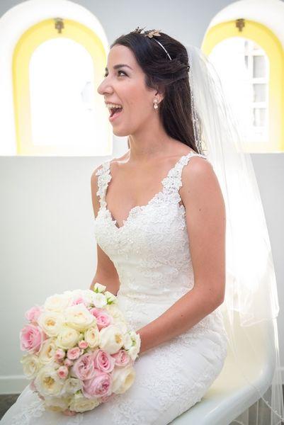 Happy bride!! #happiness #smile #bouquet #bridal #veil #dress #preparation