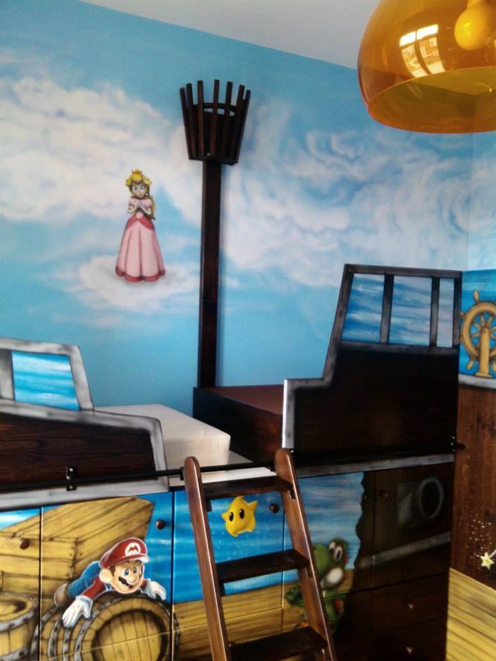 Emeletes gyerekágy L alakban elhelyezve és Marios kézi festés díszíti. A falakat is Marios falfestés díszíti. Kids' double bed with painted Mario. Boat bed, pirate bed. #boatBed #pirateBed