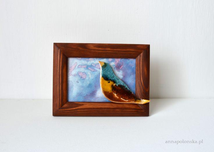 """""""Obraz z ceramicznym ptakiem VI"""" 15x20 cm; Ceramiczny obraz jest unikalną dekoracją wnętrza.  Obraz łączy w sobie różne techniki.  Element obrazu – biała glina ceramiczna;  Tło – tusz/akryl na papierze; zabezpieczone szklaną szybką."""