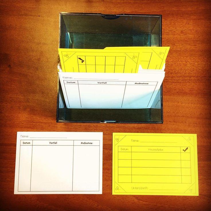 Hier seht ihr meinen Karteikasten, der auf dem Pult steht. Jedes Kind hat ein Register mit 2 Karten: eine Karte für anlassbezogene Schülerbeobachtungen, auf der ich schnell Vorfälle und entsprechende Maßnahmen notieren kann und eine Karte für vergessene Hausaufgaben. Hat ein Kind die Hausaufgabe vergessen, wird eine Ecke abgeschnitten. Die Karte kommt aufrecht in die Box, so sehe ich sofort, wer noch was nachholen muss. Nach der 4. Ecke kommt die Karte zur Unterschrift nach Hause #Mater...