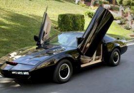 12-Apr-2014 8:32 - AUTO KNIGHT RIDER GEVEILD. Een fan van de tv-serie Knight Rider kan voortaan in de huid kruipen van de held Michael Knight. Zijn legendarische wonderauto K.I.T.T. is namelijk geveild voor 150.000 dollar, omgerekend zo'n 110.000 euro. De wagen heeft nooit in de jaren 80-serie gereden, maar was eigendom van hoofdrolspeler David Hasselhoff. De Pontiac Trans Am is helemaal verbouwd, waardoor hij er precies uitziet als de auto in Knight Rider. Zo is de bekende reeks rode...