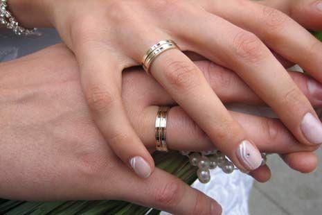L3b4y.com - Berita yang asik untuk disimak Mengapa Cincin Pernikahan Harus Ditaruh Di Jari Manis ? . Mungkin masih banyak yang bertanya - tanya tentang hal itu