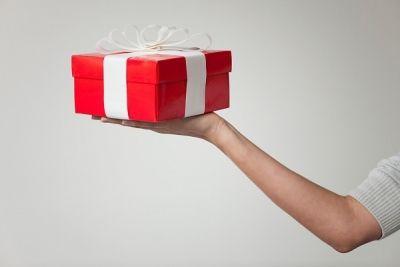 Подарки, поощрения, премии для няни: норма или излишество?