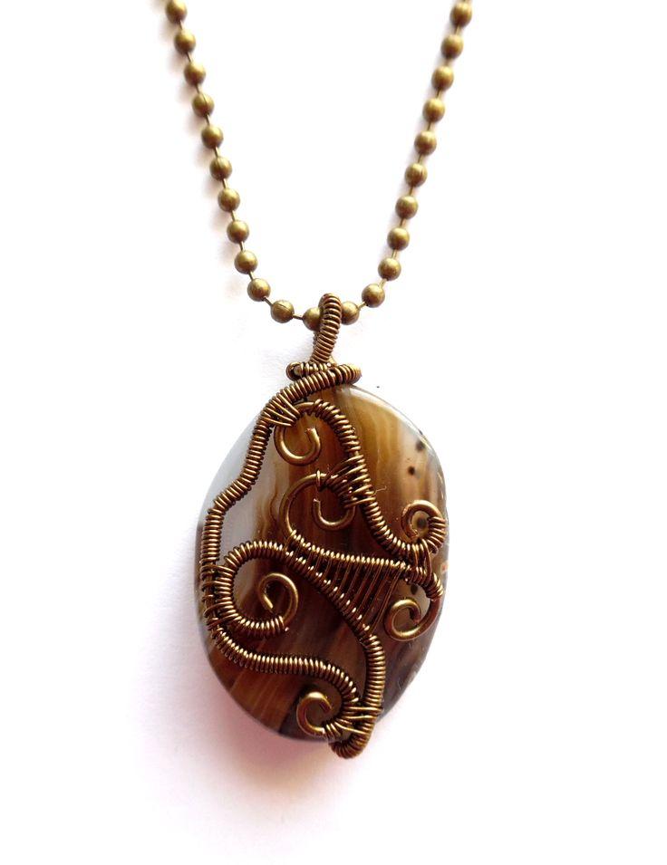 Steampunk halsband i brons med brun och vit agat.  Alla smycken är unika.  Hängets storlek: 4,5cm Kedjans längd: 50cm Lady of the Lake Sweden webshop http://ladyofthelake.se #bohemiskasmycken #bohostil #bohemian #jewelry #handmade #svenskdesign