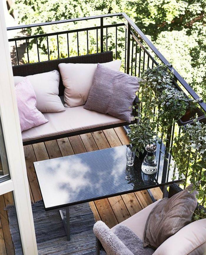 Auch auf kleinen Balkonen kannst du es dir gemütlich machen: Mit einer praktischen Sitzecke, Kissen und einem Klapptisch!