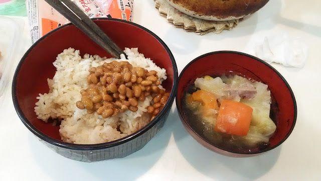 不味そう飯: 納豆ご飯とポトフの残り。納豆は冷蔵庫に余っていたもの。納豆は最初はいきおいよくなくなるが、最後の一個...