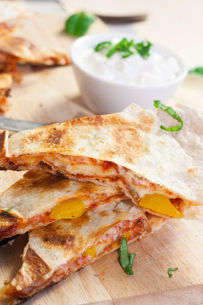 Extrakäsige Pizzadillas, knusprig und vollgepackt mit typischen Pizza-Zutaten