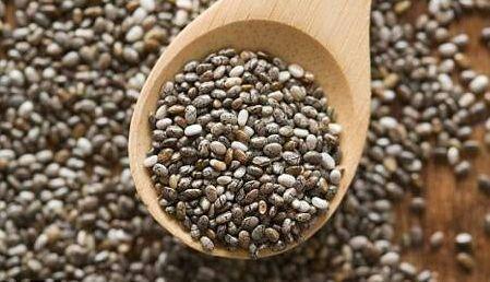 5 причин есть семена чиа каждый день и несколько простых рецептов   1. Семена чиа – превосходный источник антиоксидантов, тут их концентрация даже больше, чем в свежей голубике и чернике. Ну а зимой антиоксиданты очень нужны, чтобы поддерживать здоровье на должном уровне. И они помогают молодо выглядеть!  2. Семена чиа помогают сбрасывать вес. Звучит невероятно, но эти маленькие семечки впитывают в 12 раз больше своего веса, когда смешиваются с водой или в желудке. Это дает ощущение сытости…