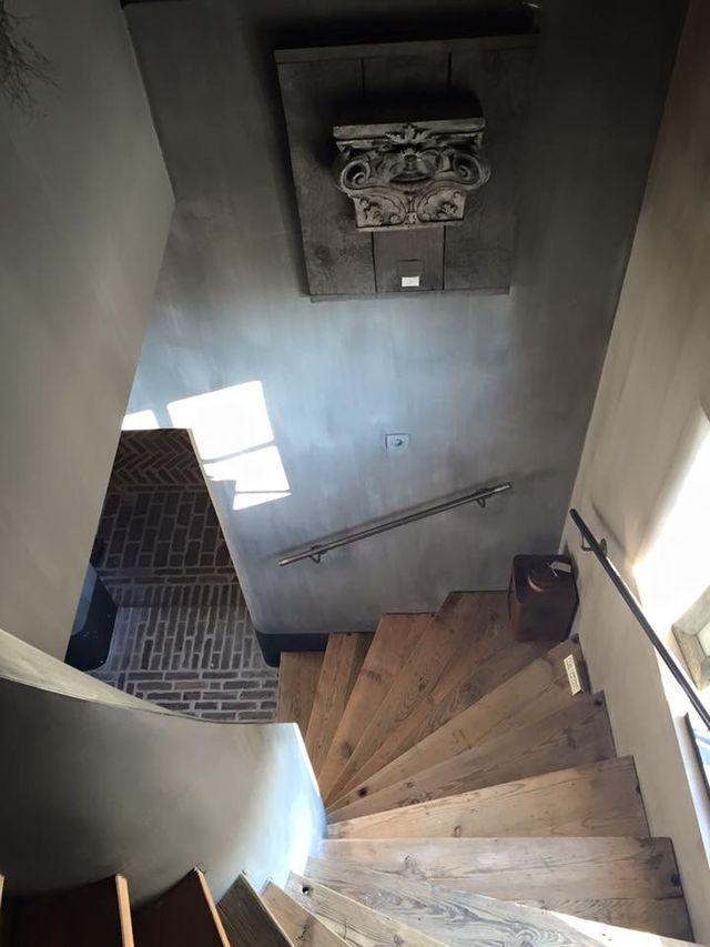 houten traptreden met beton look muur. prachtig!