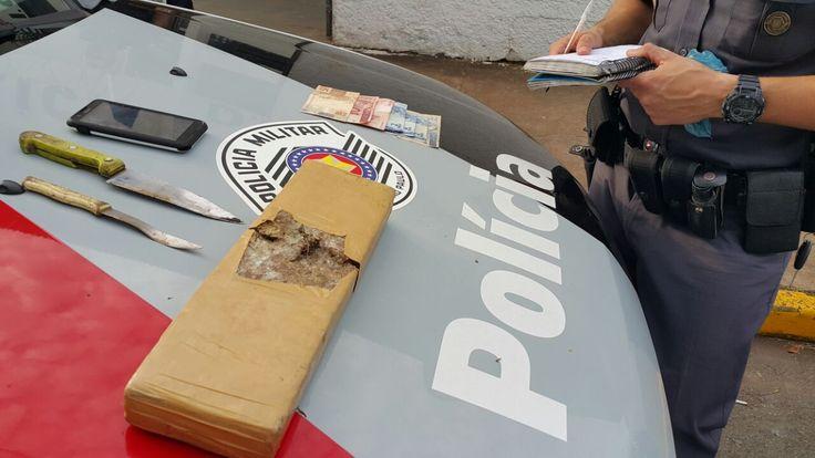 Após denuncia, Polícia prende homem que venderia droga usando borracharia como fachada -   Os Policiais Cabo Denadai e Cabo Conte, ambos da equipe Alfa da Polícia Militar, através de denúncia anônima, chegaram a um indivíduo que armazenava e comercializava drogas na rua Veiga Russo. O local fica próximo ao acesso da avenida Conde de Serra Negra.  Segundo consta no teor da den - http://acontecebotucatu.com.br/policia/apos-denuncia-policia-prende-homem-que-ven