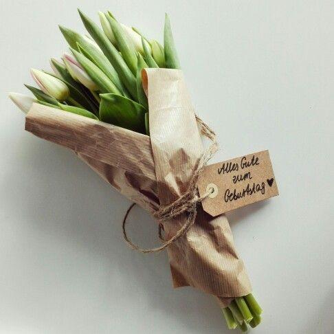 Tulpen schön verschenken. Einwickeln in braunem Geschenkpapier