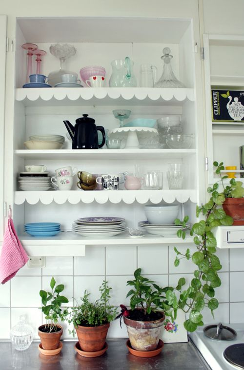 scallops on the shelves! love how they repeat the edge of the cake stand
