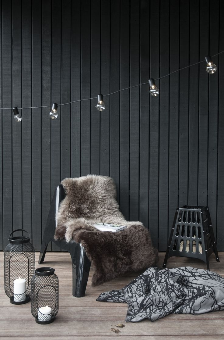 Niets heerlijker dan op die vrije dagen met een goed boek weg te kruipen op de bank. Of buiten met een vuurtje, vachtjes, plaids en een lekker glaasje glühwein.   IKEA IKEAnederland wooninspiratie inspiratie kerst oudennieuw tafel styling diner feestdagen dineren tafelen eten drinken