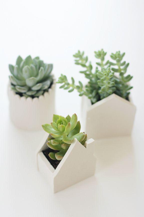 Vasos de argila em forma de casinhas.